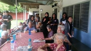 SENIOR HONNETS VISIT THE ELDERLY